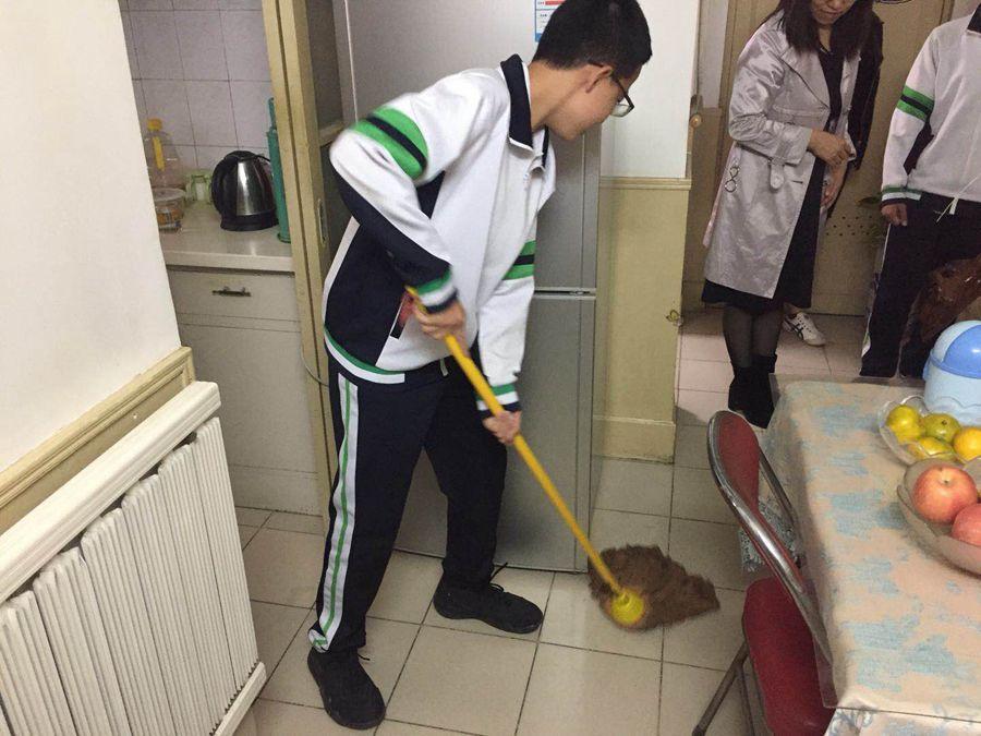 滨湖中学 为老人做卫生.jpg